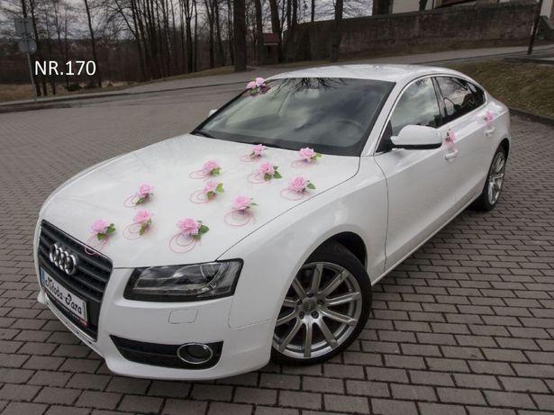 Piękna dekoracja pudrowy róż na samochód w kolorze białym.ślub/kolory