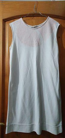 Vestido branco com efeito cor de rosa na gola