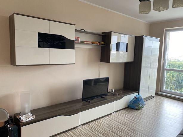 Zestaw: szafa, szafki wiszace i szafki pod telewizor
