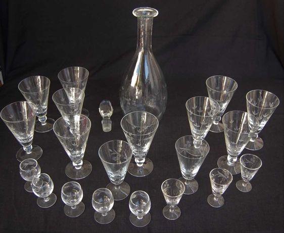 Vários copos e garrafa