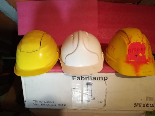 3 capacetes de construção civil.