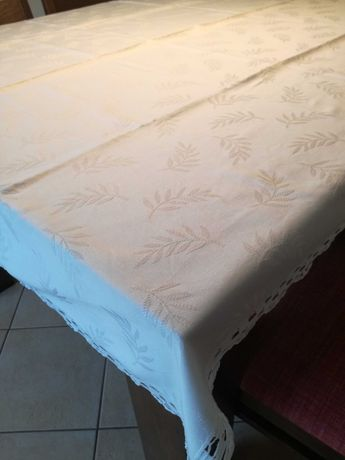 Toalha de mesa grande em tecido adamascado e com picô em renda