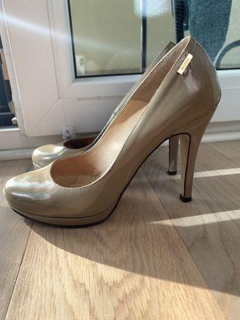 Beżowe skórzane lakierowane buty na obcasie Badura rozmiar 37