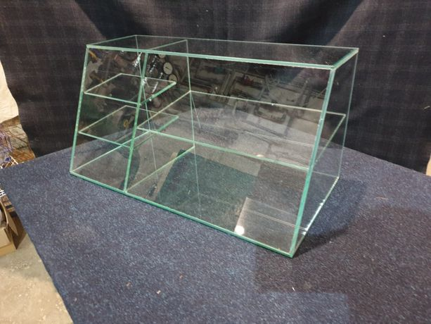 Стеклянные витрины (стеклянный куб). Торговые витрины.