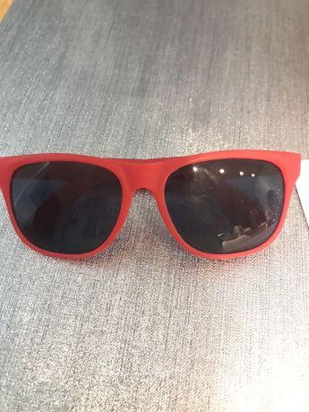 Czerwone okulary przeciw słoneczne