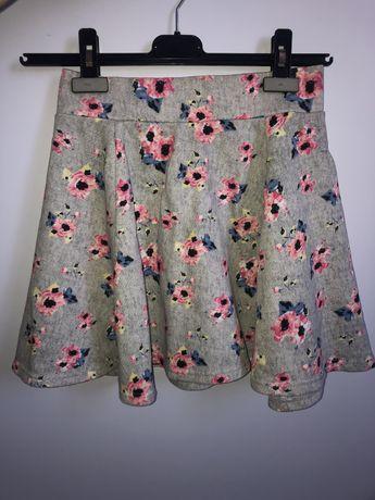 szara spódniczka w kwiaty