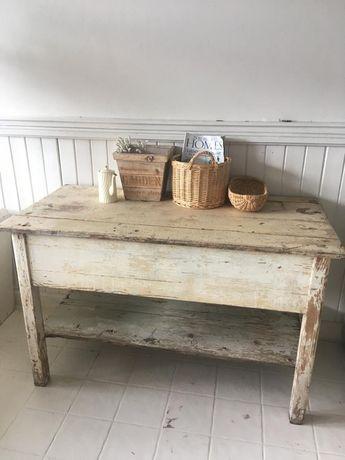 Stary, drewniany stół.