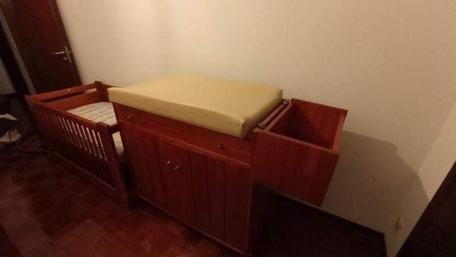 Cama, colchao, armário com muda fraldas e baú para os cremes/fraldas