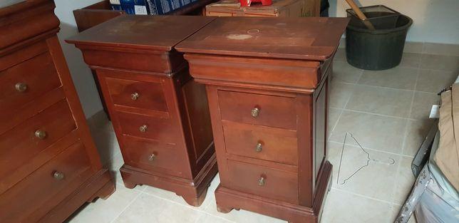 Vende-se 2 mesas de cabeceira em mogno com 4 , usado em bom estado.