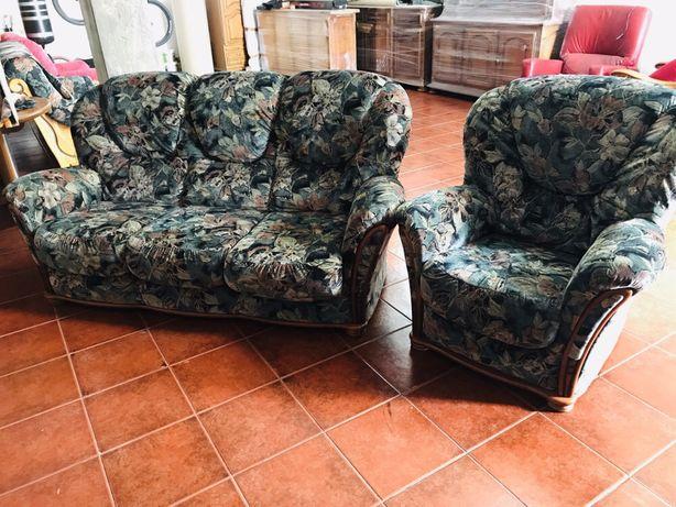 2 sofás em tecido e madeira
