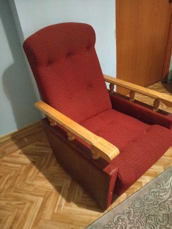 Stary fotel w dobrym stanie. Wygodny.