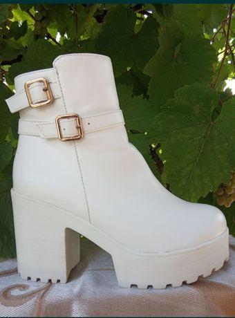 Белые демисезонные ботинки. Чёрные кожаные ботфорты в подарок.