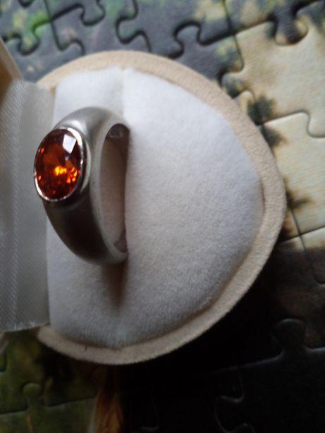 Pierścionek srebrny z pomarańczowo-czerwoną cyrkonią r.15,5