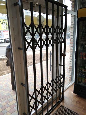 Решетка на двери складная, гармошкой.