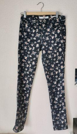 Spodnie w kwiaty Bershka
