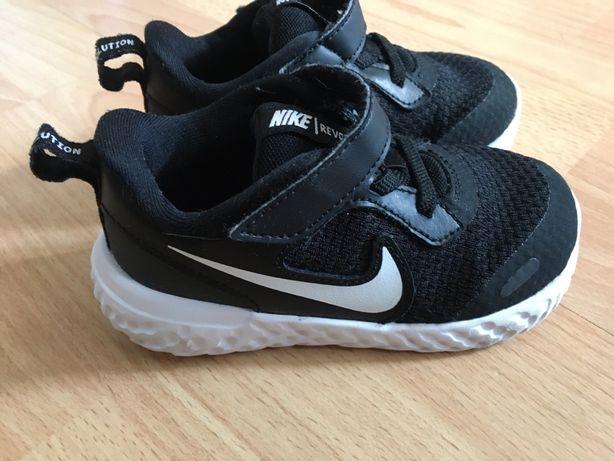 Nike Revolution 23,5