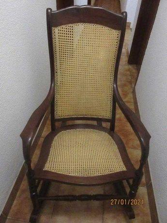 Cadeira de Baloiço em Madeira e tipo Palhinha