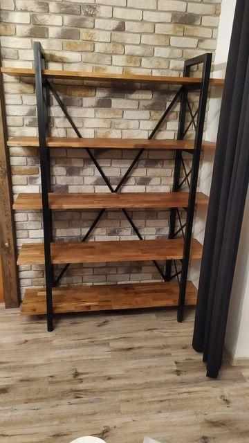 Industrialny regał metalowy z półkami drewnianymi loft