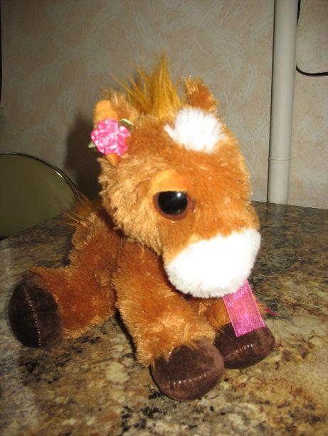 Лошадь с большими глазами и бантом. Мягкая игрушка длиной 29 см