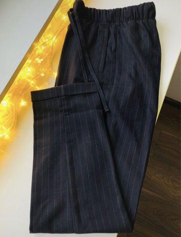 Chinosy spodnie na gumke w kant Bershka