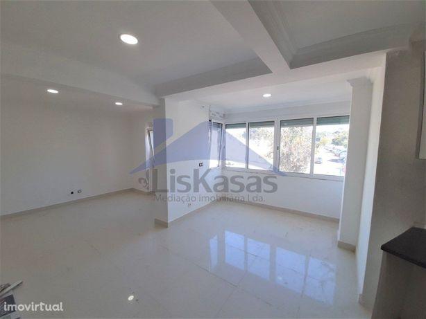 Apartamento T2 remodelado em Carnaxide