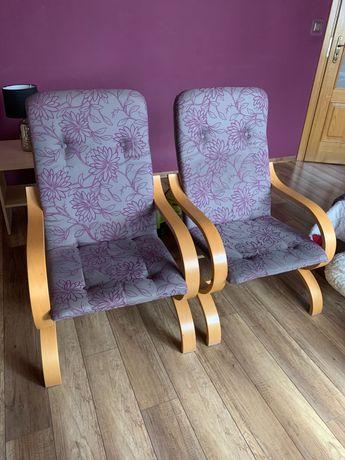 Dwa szare fotele w fioletowe wzory
