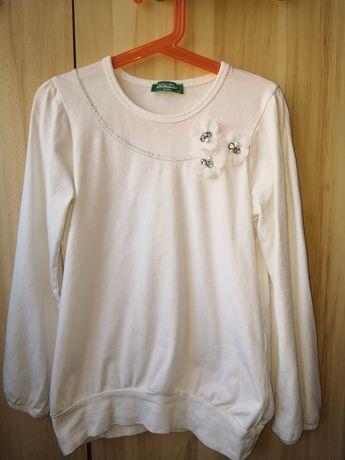 Biała bluzka z ozdobnymi kwiatkami