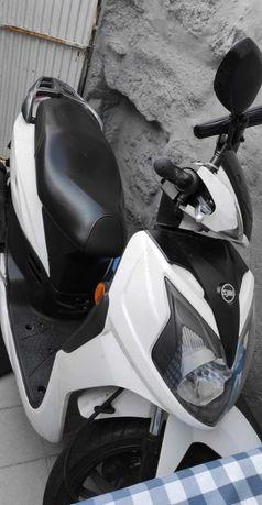 Vendo scooter sym 2018 com alguns acessórios