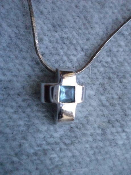 Zawieszka - krzyżyk srebrny z błekitną cyrkonią