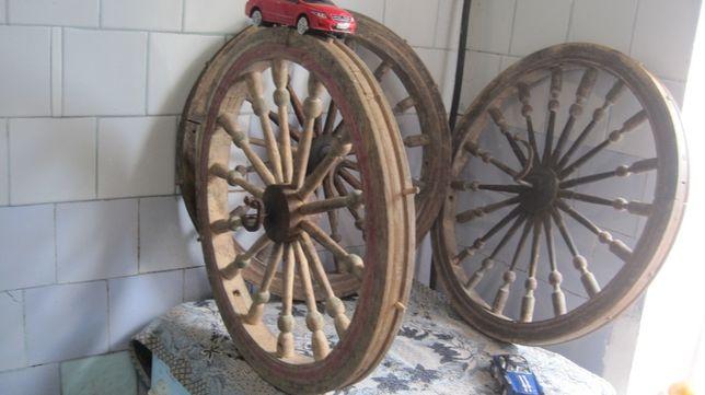 элегантное большое колесо деревяное стариное крепкое