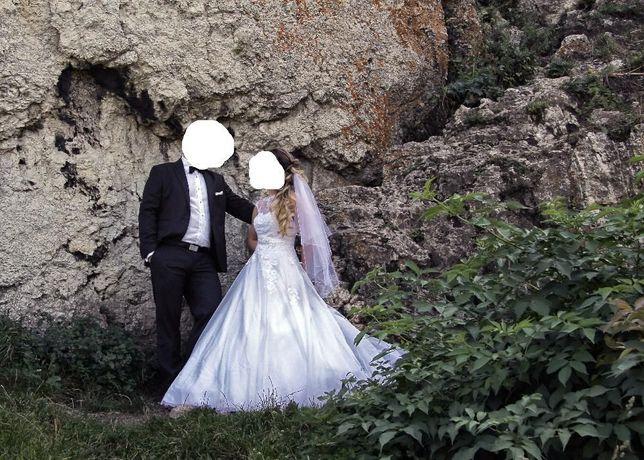 zjawiskowa suknia ślubna z welonem plus dodatki
