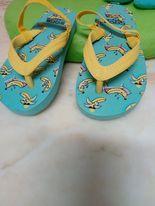 Sandália borracha com tiras amarelas, base azul Usada em bom estado