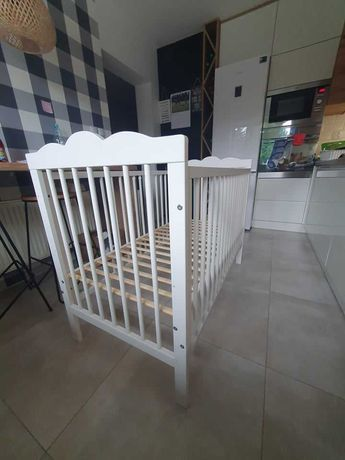 Niemowlęce łóżeczko drewniane