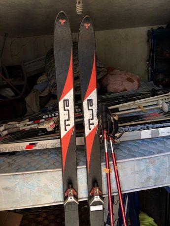 Vários pares de skis