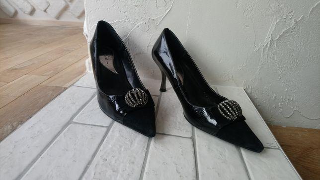 Лаковые  туфли .