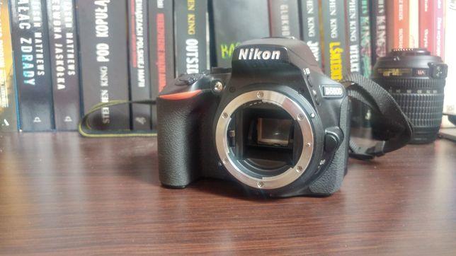 Nikon D5600 obiektywy Nikkor 35mm, 18-105mm, torba, statyw, komplet