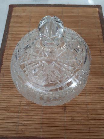 Pojemnik kryształowy z przykrywką.