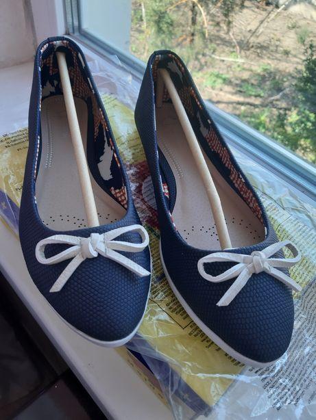 Туфлі-балетки.