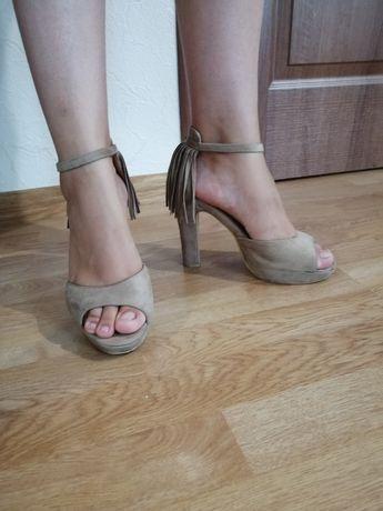Продам босоножки замшевые на высоком каблуке