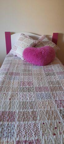 Cama de criança com detalhes cor de rosa e madeira de alta qualidade