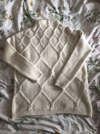Beżowy sweter półgolf z perełkami reserved