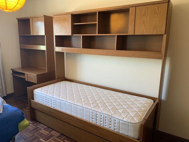 Cama estúdio com duas camas (mais os 2 colchões), e secretaria