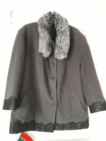 DUZY Płaszcz wełniany z pięknym zdobieniem