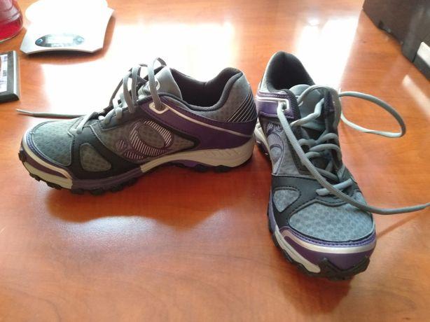 Buty sportowe takie jak adidasy