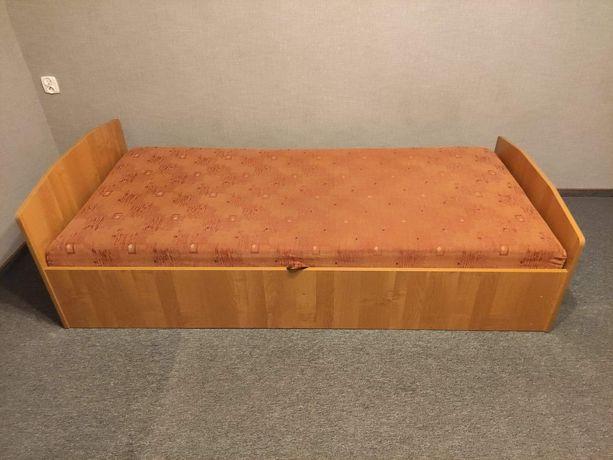 Leżanka do spania z pojemnikiem na pościel
