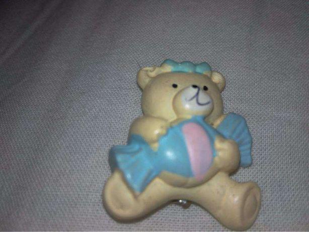 детская брошка значок мишка с конфетой медведь из британии пластик
