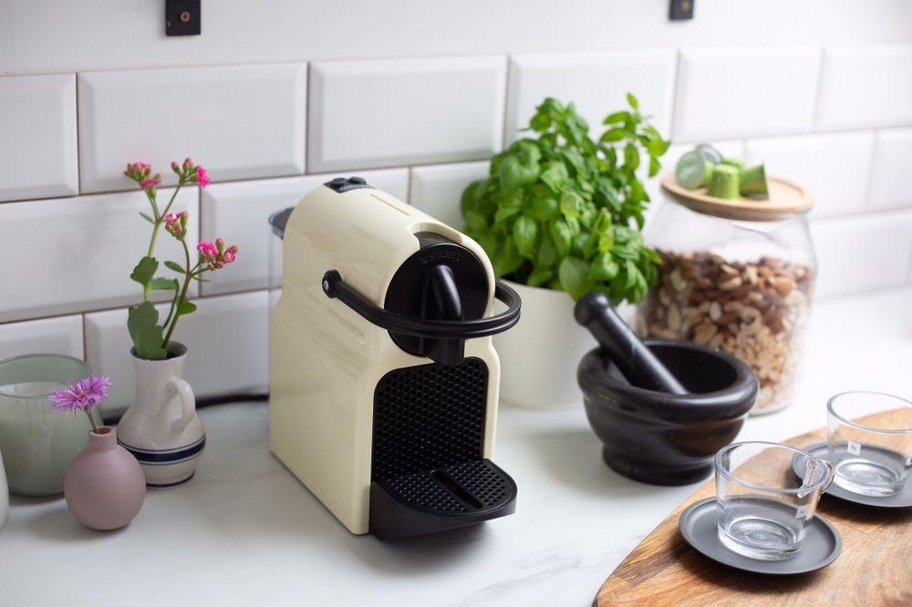 Ciśnieniowy ekspres do kawy Nespresso Inissia + szklane filiżanki