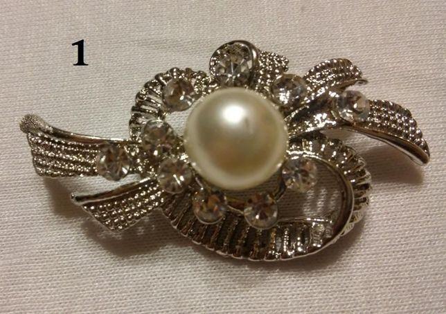 Delikatna BROSZKA (2 rodz.) z perełkami i cyrkoniami w kol. srebrnym