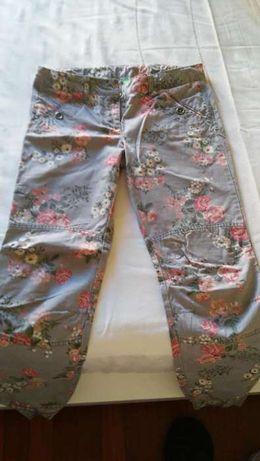calças Benetton em tecido estampado para menina