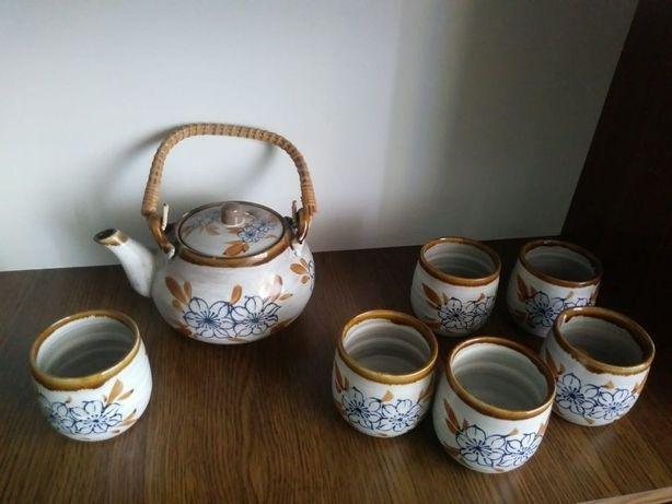 Czajniczek i kubeczki na herbatę